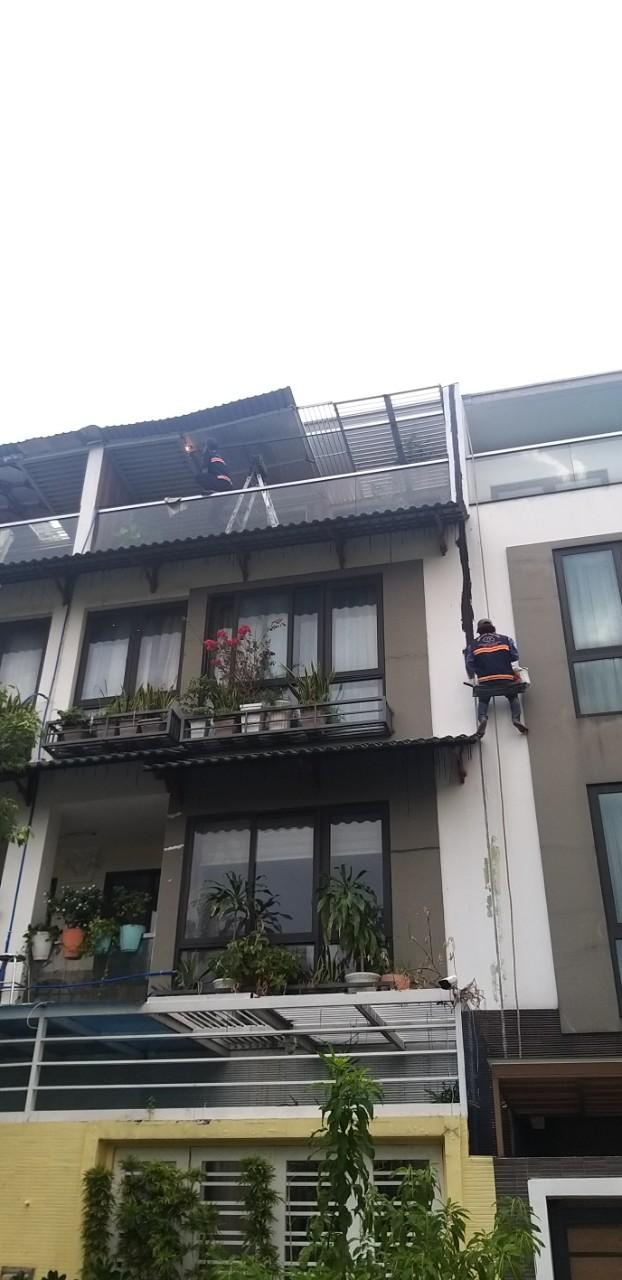 cach chong tham tuong nha cu moi xay bi nut 1 1 - Cách chống thấm tường nhà triệt để 100% - tiết kiệm chi phí