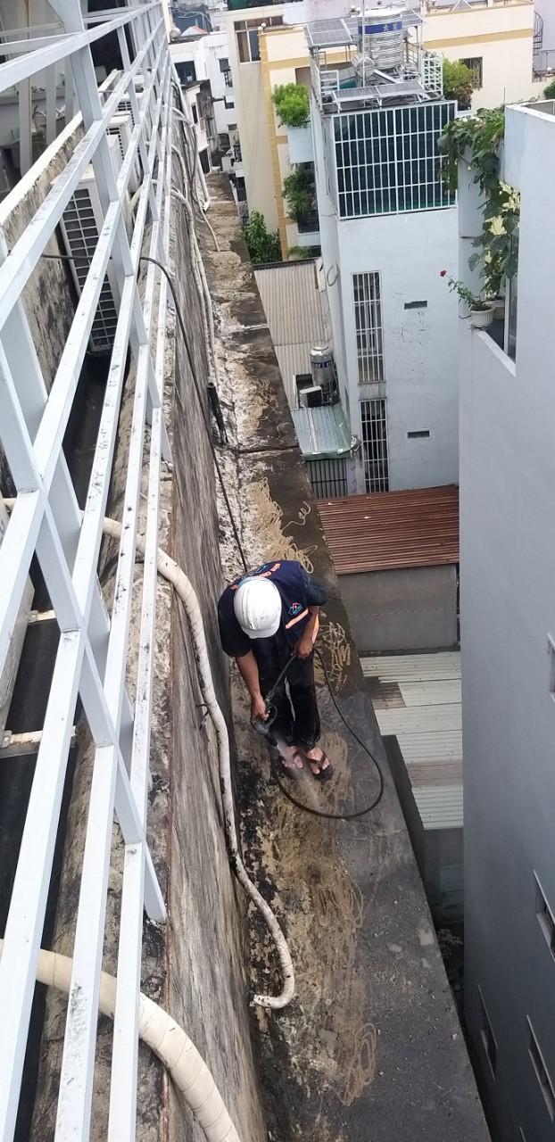 cach chong tham tuong nha cu moi xay bi nut 7 - Cách chống thấm tường nhà triệt để 100% - tiết kiệm chi phí
