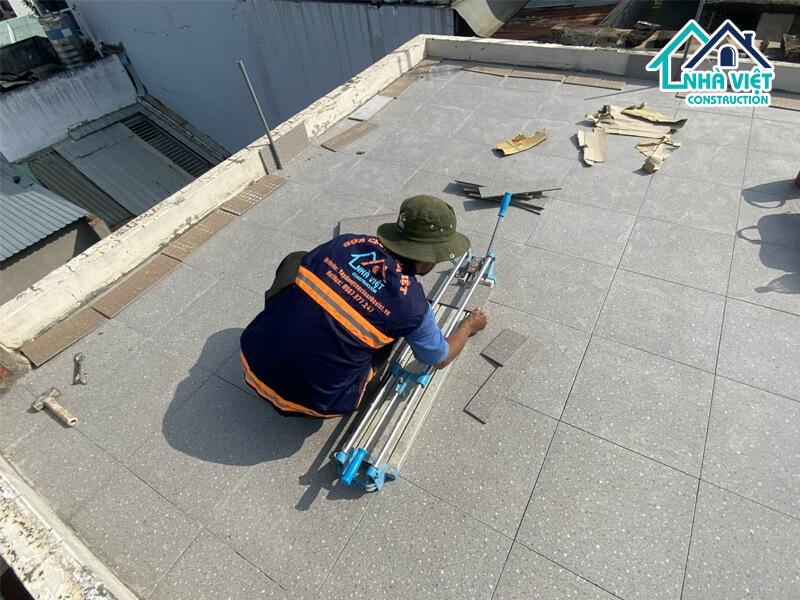lat gach chong tham san thuong 1 1 - Lát gạch chống thấm sân thượng bảo hành 10 năm tại TPHCM