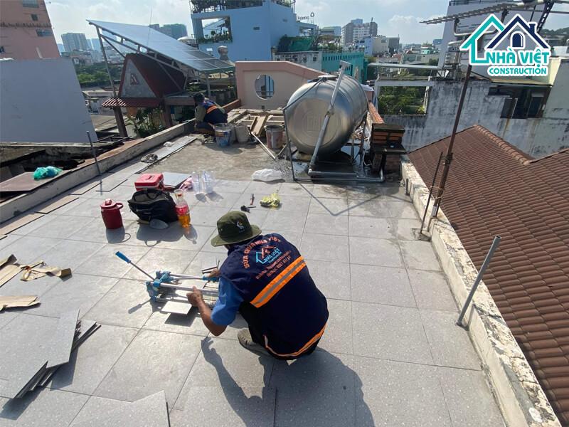 lat gach chong tham san thuong 2 1 - Lát gạch chống thấm sân thượng bảo hành 10 năm tại TPHCM