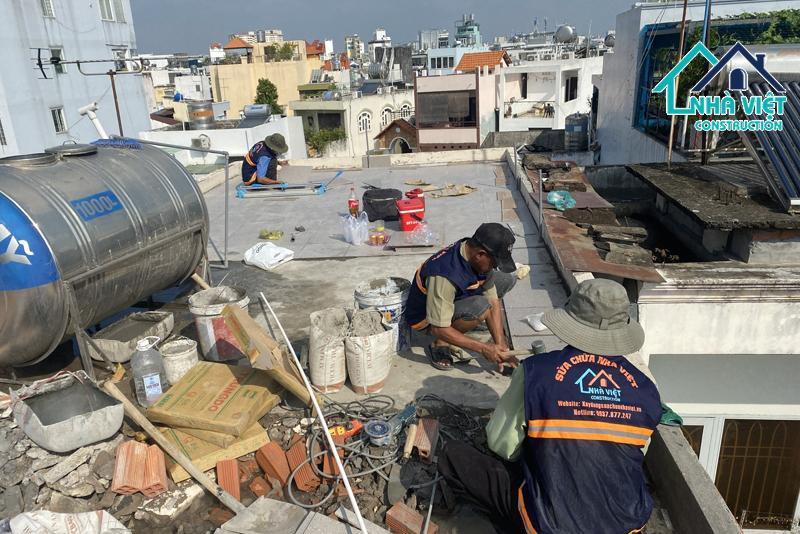 lat gach chong tham san thuong - 5 Vật liệu chống thấm sân thượng tốt nhất đảm bảo chất lượng hiện nay
